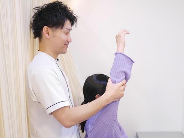 肩を上げる男性の風景